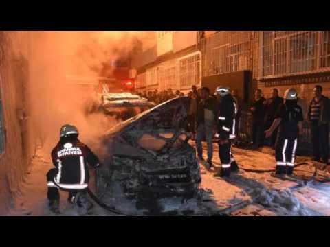 Fatih'te 3 otomobil kundaklandı