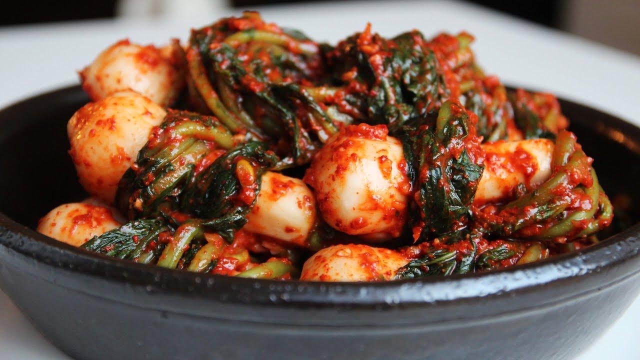 Ponytail Kimchi (Chonggak kimchi: 총각김치) - YouTube