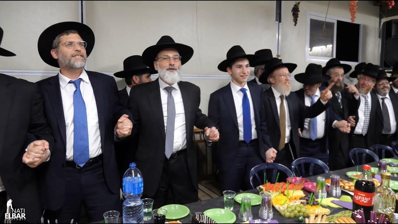 פעילי דרשו בשמחת בית השואבה עם השיר החדש של הסיום העולמי בסוכת נשיא דרשו בירושלים | Dirshu Employees