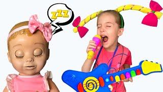 Маша мешает кукле спать своими музыкальными игрушками