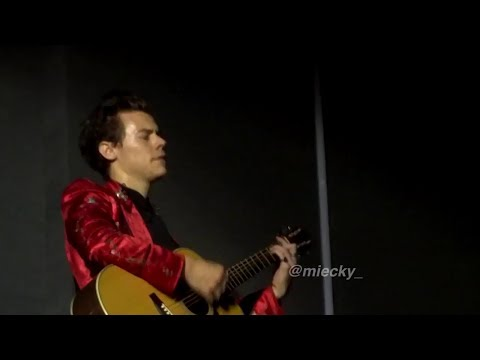 Harry performing 'Girl Crush' without microphone in Tokyo, Japan tonight (Dec 8th)