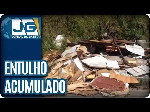 Entulho acumulado em rua de Guarulhos