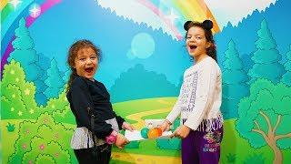 Öykü ve Masal'ın Eglenceli Çocuk Oyunu Topu Düşüren Kaybeder! Kids Competiton Move Ball on Paper