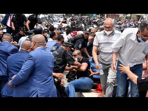 شاهد: اشتباكات بين متظاهرين والشرطة في تونس خلال مظاهرة للتنديد برفع الأسعار وللمطالبة بحل البرلم…