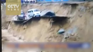 Watch:Vehicles washed away as road collapses into river in Shanxi Province