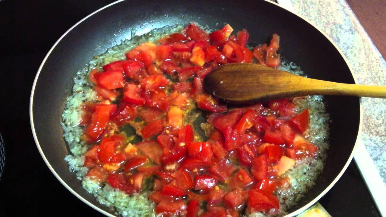 Resultado de imagen para huevos cocidos con sofrito de tomate y cebolla