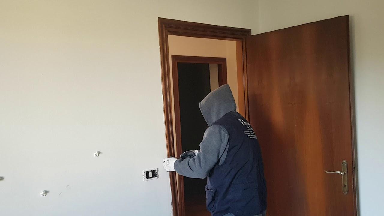 Come smontare una mostra di una porta interna youtube for Quanto costano le porte interne