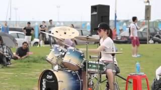 Девушка играет на барабанах   Видео