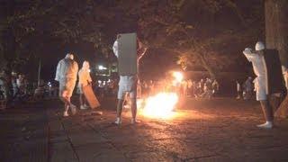 白装束姿の若者が手にしたたいまつの炎を荒々しく舞い散らせる奇祭「タ...