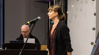 Aneta Todorczuk - recital na urodzinach patronki ostrowskiej biblioteki
