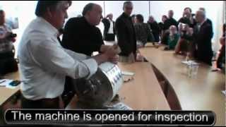Muammer Yildiz démonte son moteur magnétique à énergie libre.