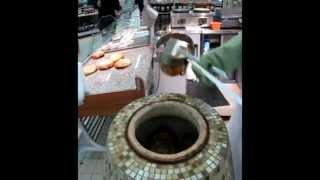 Как правильно печь лепешки в тандыре(Инструкция по выпеканию лепешек в тандыре., 2012-03-29T12:51:29.000Z)