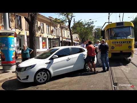 В Одессе пассажиры трамвая подвинули автохама