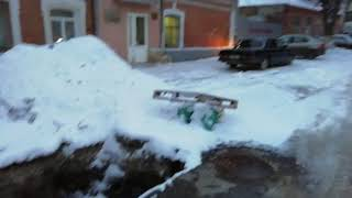 Очевидец: коммунальщики забыли закопать яму у школы на Соляной