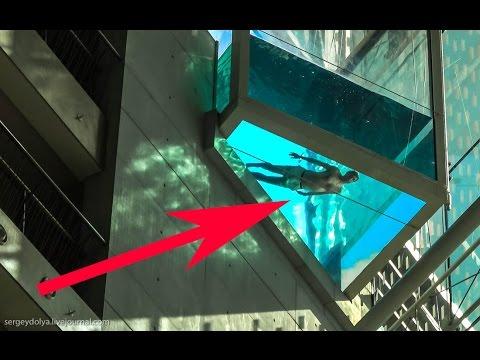 Бассейн с прозрачным дном на высоте 8 этажа. Страшно.