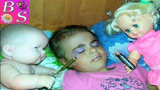 Дочки матери Куклы пупсики накрасили маму Детские шалости Играем с косметикой