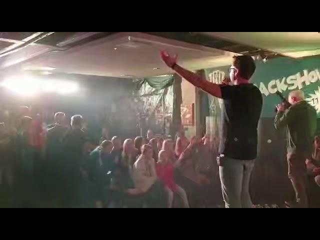 Zanger Niels van Kollenburg zingt De Toreador in Helvoirt