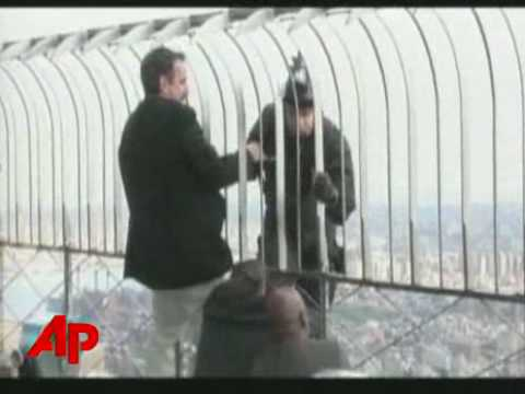 Guy tries to jump of the Empire State Building(Jeb Corliss)