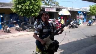IMPOSSIBLE IS NOTHING-Nghệ sĩ mù hát rong đường phố tại Kiên Lương