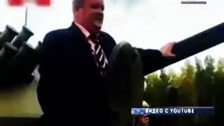 Смотреть видео В России депутат застрял в танке онлайн