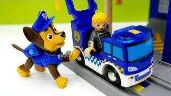 Lelupakkauksen avaamisvideo lapsille. Uusi lelupoliisiasema. BRIO-leikkejä Ryhmä Haun kanssa.