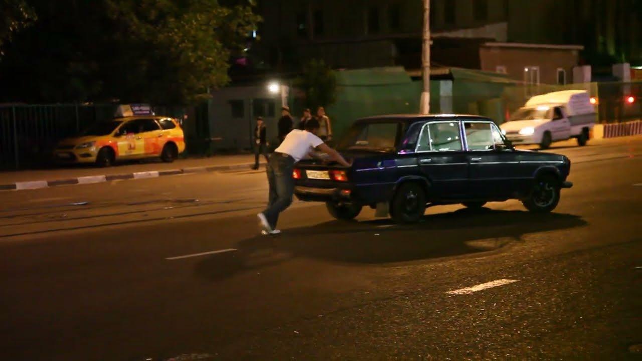ロシア・モスクワで車を押して諦める人。