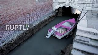 Italy: Venice canals dry up after exceptionally low tide