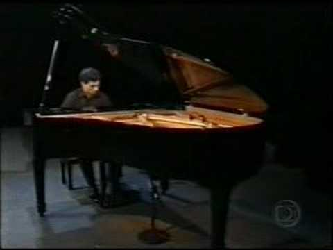 Alvaro Siviero plays the piano in Jo Soares show