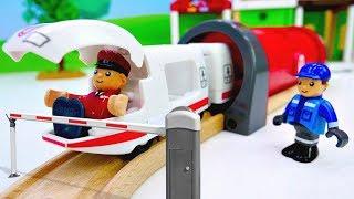 Видео для детей. Остров поездов БРИО. Видео с игрушками.