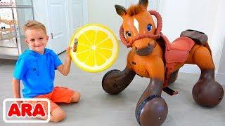 فلاد ونيكيتا ركوب على لعبة الحصان واللعب مع اللعب