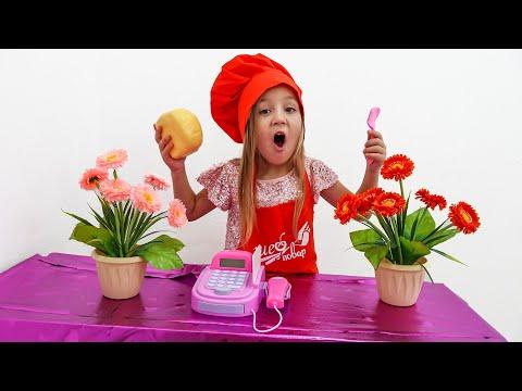 Алиса играeт в кафе. Видео для детей.