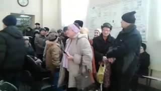 Министр и общественники ведут беседу с сотней рассерженных пенсионеров