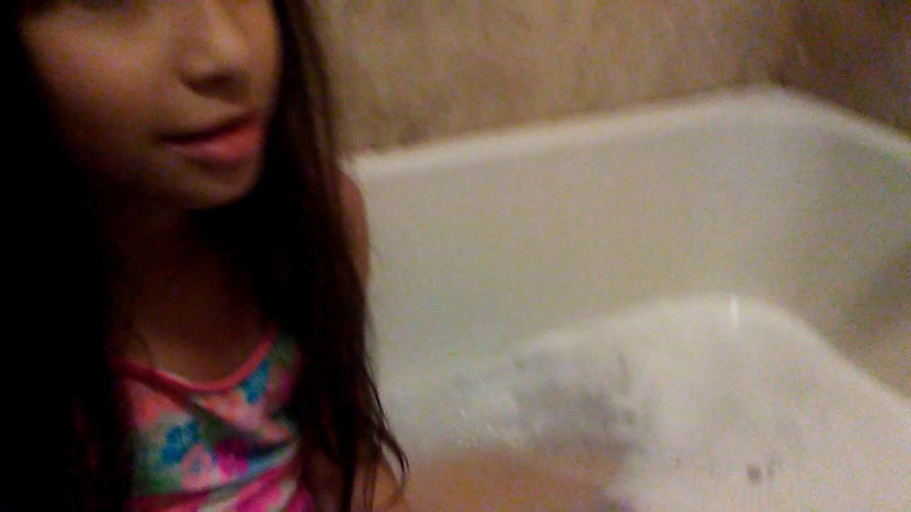 Sister does bath bomb challenge. Also i droped my phone while recording.
