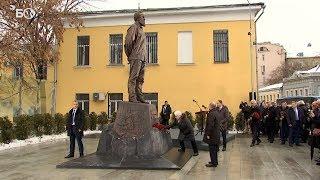 Путин в Москве открыл памятник Солженицыну