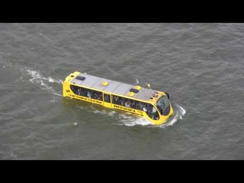 Splashbus in de Nieuwe Maas
