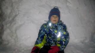 Зимние забавы, Снежная крепость,Зима(Сегодня выпало не много снега и мы решили с папой сделать снежную крепость и поиграть в снежки. Смотрите..., 2017-02-21T08:45:26.000Z)