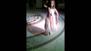 Русская девочка первый раз увидела танец на грузинской свадьбе