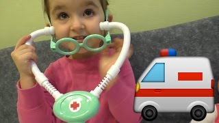 Little Marina распаковывает набор  доктора и лечит котенка, меряем температуру, давление,