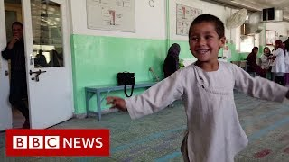 Dancing Afghan amputee boy goes viral - BBC News
