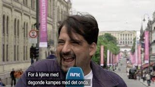 Turister parodierer kong Harald på Karl Johan