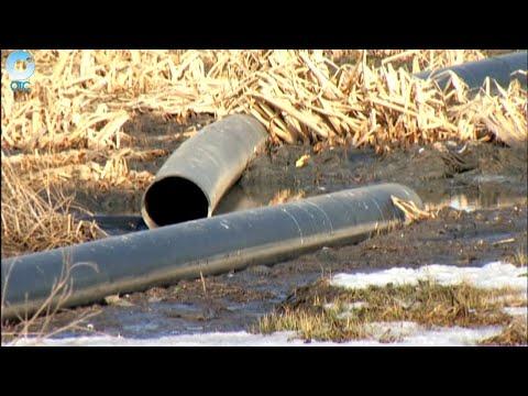 На улице Северной в городе Обь прорвало канализационную трубу, по которой сливают отходы