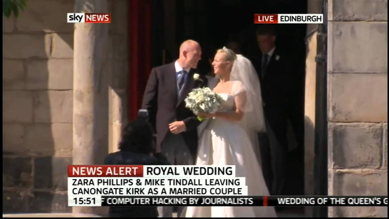 e0a9106c Zara Phillips royal wedding to Mike Tindall: Newlyweds mark marriage with a  kiss | Daily Mail Online
