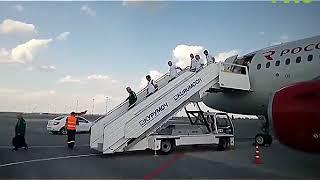 Сборные Дании и Австралии прилетают в Самару. В аэропорту их встретил наш корреспондент