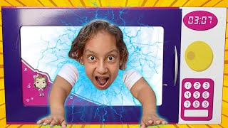 A História de Maria Clara MC Divertida e o Gigante Microondas Mágico de Brinquedos para Crianças