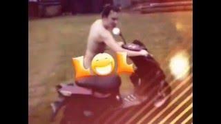 На скутере голышом