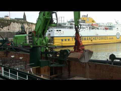 SENNEBOGEN - Quarrying: 870 Material Handler ship setup excavating sand and gravel