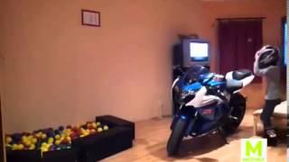 Une webcam, une moto, une fillette.