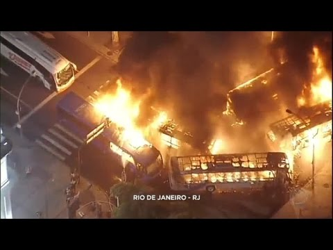 Ônibus são incendiados no Rio de Janeiro; MP quer identificar responsáveis