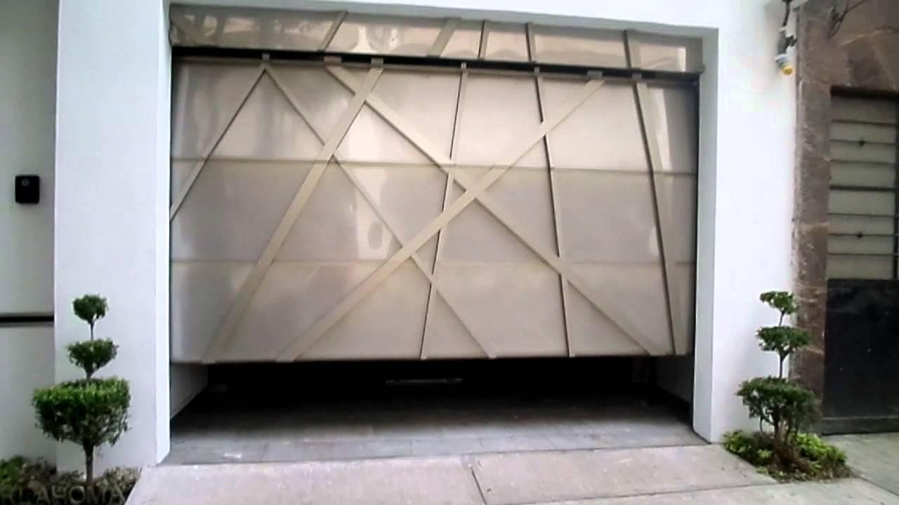 Puerta ascendente en acero inoxidable y perfiles de - Puerta balconera aluminio ...