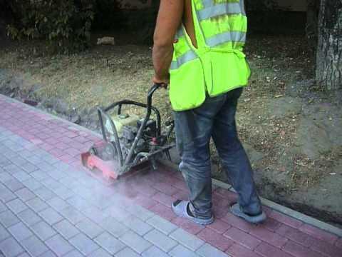 Виброплита в Калуге, трамбовка тротуарной плитки - YouTube